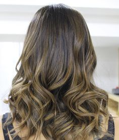 Castanho iluminado✨ (em MorumbiShopping) Balayage Hair Tutorial, Balayage Hair Ash, Diy Hairstyles, Pretty Hairstyles, Rebonded Hair, Beyonce Braids, Blonde Roots, Ombré Hair, Brunette Hair