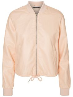 Love this bomber in pale peach from VERO MODA. Ideal to spice up your outfit.