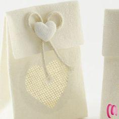 Busta in tela rigida portaconfetti  con decorazione cuore confezione da 12 pezzi