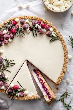 White Chocolate Cranberry Tart - Delight Fuel - - This festive white chocolate cranberry tart is so incredibly smooth and creamy, you're gonna be in heaven. It's decadent filling is so delicious with no baking required. Just Desserts, Delicious Desserts, Dessert Recipes, Yummy Food, Gourmet Desserts, Healthy Food, Plated Desserts, Healthy Desserts, White Desserts