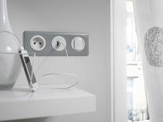 Une combinaison avec un va et vient, une prise USB et une prise blanches et argent #Céliane #interrupteur #prise #USB