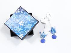 Boucles d'oreille grues origami papier japonais washi et sequins ronds bleus : Boucles d'oreille par phacelie