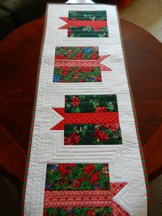 Quilted Christmas Table Runner , Holiday Gift Boxes Table Runner, Red and White Runner, Candy . Quilted Table Runners Christmas, Christmas Patchwork, Christmas Runner, Table Runner And Placemats, Table Runner Pattern, Christmas Sewing, Christmas Crafts, Cozy Christmas, Modern Christmas