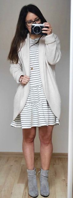#spring #outfits woman in gray cardigan white holding black and gray DSLR camera. Pic by @extrasmall.pl