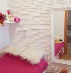 Un dormitorio juvenil fresco y musical, revestido con el panel Ladrillo Rústico Blanco | Paneldeco Musical, Fresco, Shag Rug, Rugs, Home Decor, Wall Mirrors, Brick, Wood Flooring, White People