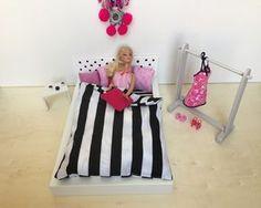 In einem tollen Puppenbett IKEA Hack zeigen wir euch, wie man aus einem IKEA RIBBA Bilderrahmen ein tolles Puppenbett selber bauen könnt.