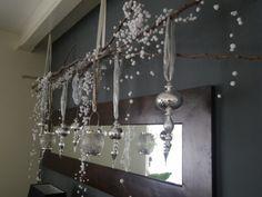 Kerst - gesnoeide lange takken (1,5 mtr) opgehangen en kerstversiering, linten, pegels, lichtjes eraan gehangen. Eenvoudig maar heel sfeervol. Met een lint aan plafond of balk ophangen.