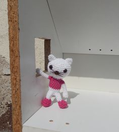 This lovely cat will be part of a doll house, filled with a lot of animals and furniture. Free pattern at http://amilovesgurumi.com/