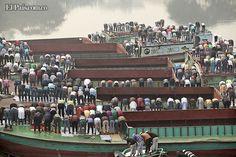 BANGLADESH Cientos de musulmanes realizan el rezo de medio día en la riviera del rio Turag, durante el primer día de la festividad del Biswa Ijtema, la segunda mayor congregación mundial de musulmanes, en Daca, Bangladesh.
