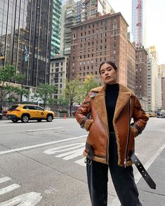 NYC winter & makes a delicious pair of ❄ look very easy breezy with her Hawley Shearling Biker Jacket 🔥 Luckily, 𝓪𝓽 𝓶𝓮𝓽𝓬𝓱𝓪. Winter Fits, Winter Looks, Winter Style, Fall Outfits, Cute Outfits, Fashion Outfits, Fashion Trends, Fashion Inspiration, New York Fashion