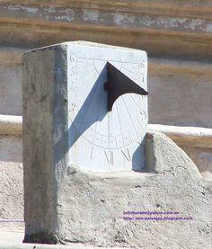 Este reloj de sol, construido por los Jesuitas se encuentra en la Iglesia Parroquial Nuestra Señora de la Merced en Alta Gracia, presidiendo el Patio de Honor de la Estancia.