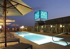 Vista de noche de la piscina de AC Hotel Alicante.