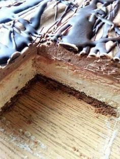 Kinder Bueno - bez pieczenia To ciasto powstało z miłości do kuchennych eksperymentów. Jaki był efekt - sami oceńcie. Moim zdaniem to m... Dessert Cake Recipes, Cheesecake Desserts, Sweets Cake, Köstliche Desserts, Delicious Desserts, Yummy Food, Cake Bars, Dessert For Dinner, Love Food