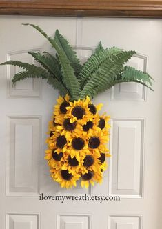 ldeas pineapple wreaths, sunflower wreaths, pineapple welcome wreath, pineapple door hanger, summ Summer Crafts, Diy And Crafts, Arts And Crafts, Craft Projects, Projects To Try, Sunflower Wreaths, Floral Wreaths, Deco Floral, Welcome Wreath