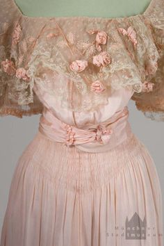 Formal dress worn by Mrs. Bohlen Halbach - detail - 1900-3 - Silk, silk top - Münchner Stadtmuseum - @~ Mlle