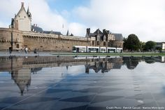 With its 1300 m 2, the new water mirror in Nantes has everything to seduce the young and old, especially when the thermometer climbs. Especially as this parallelogram which reflects the castle has thirty vertical water jets whose height can reach up to 1 m 50. The mirror will also be equipped with mist function. Inaugurated Saturday, September 5th