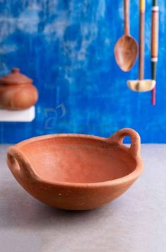 The best of gravies and curries tastes distinct when cooked in earthen cookware. Zishta brings the best quality earthen cookware using unglazed clay from the Cauvery delta region, made using traditional technique mastered over centuries. Kitchen Items, Kitchen Utensils, Kitchen Gadgets, Kitchen Essentials List, Buy Clay, Wood Chopping Board, Indian Kitchen, Porcelain Dinnerware, Ceramic Design