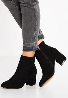 Pretty Shoes, Cute Shoes, Me Too Shoes, Fashion Heels, Sneakers Fashion, Black Ankle Boots, Heeled Boots, Sock Shoes, Shoe Boots