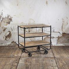 Deze hippe trolley op wielen plaats je er gemakkelijk bij in de keuken, woon- of werkkamer.