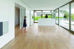 Eine Mittelachse aus Schränken teilt auf jeder Ebene die Neben- von den Haupträumen | ERN + HEINZL ©Stefan Müller Fotografie, Berlin