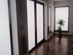 żaluzje plisowane - białe plisy - minimalistyczne aranżacje - podłoga olejowana
