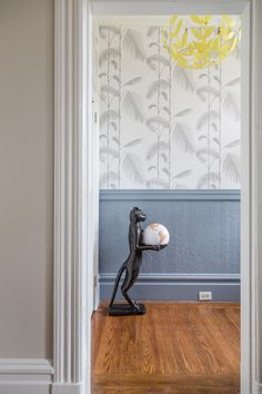 Обои в коридоре квартиры: 30+ вариантов для приветливого дизайна прихожей http://happymodern.ru/oboi-v-koridore-kvartiry-39-foto-praktichnost-i-elegantnost/ Бледные, скромные тона, но броский растительный рисунок - украшение дома в переходном стиле