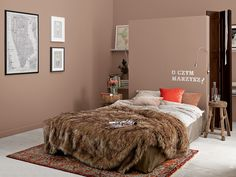 Dzięki właściwie dobranym kolorom łatwo jest stworzyć w sypialni ciepły, przyjemny klimat. Do stonowanej barwy ścian pasują dodatki w żywych kolorach i miękkie materiały. To one sprawiają, że łatwiej jest delektować się naturalnym pięknem. / Tikkurila Color Now - paleta MANDALA (brązy i beże)