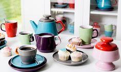 Sagaform heeft samengewerkt met designer Ann-Carin Wiktorsson bij het ontwerp van dit kleurrijk koffie- en theeservies. Ze gaven het de naam POP mee. Een echt pareltje van Scandinavisch design.  De kleurrijke tassen en dessertbordjes zijn mooi op zichzelf, maar nog veel mooier als je ze mixt en matcht. Dit mooie Sagaform POP servies zorgt voor visuele vreugde, speelsheid en functionaliteit.