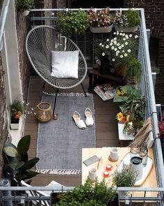 On aménage son balcon avec un fauteuil et des plantes pour un endroit cosy.