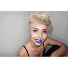 Bunt ist meine Lieblingsfarbe  #blueeyes #blue #bluemakeup #bluelips #makeup #colorful #mua #makeupartist #hairstyle #hair #wakeupandmakeup #color #shorthairstyle #allblack #photooftheday #picoftheday #fun #smile