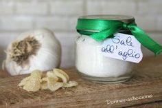 Il sale all'aglio è un sale aromatizzato di base semplice da preparare, profumato (ebbene sì!) e molto versatile.