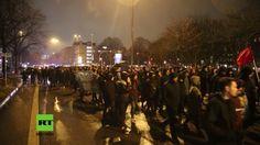 """Rund 3.000 Demonstranten der linken Szene sind am Dienstag durch Hamburg marschiert, um gegen Polizeirazzien im Zusammenhang mit den gewalttätigen Zusammenstößen am Rande des G20-Gipfels im Juli zu protestieren. Diese hatten am Dienstagmorgen in acht Bundesländern stattgefunden. """"Ganz Ham..."""