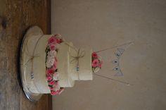 Hochzeitstorte mit kleinen putzigen rosa und cremefarbenen Röschen / Wimpel, Spitzenband, Perlen und Jute