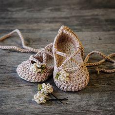Ravelry: Strappy Ballet Flats pattern by Lorin Jean Crochet Booties Pattern, Crochet Baby Sandals, Baby Shoes Pattern, Shoe Pattern, Crochet Shoes, Crochet Slippers, Baby Patterns, Crochet Patterns, Crochet Dolls