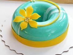 glacage-miroir-bleu-brillant-sculpture-jaune-fleur-tarte-bicolore