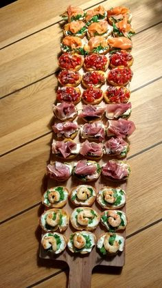Bruchetta plankje - Plane Food - -You can find Food platters and more on our website. Snacks Für Party, Appetizers For Party, Appetizer Recipes, Party Fingerfood, Party Canapes, Wedding Canapes, Parties Food, Appetizer Ideas, Party Food Platters