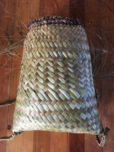 Flax Weaving, Basket Weaving, Crotchet, Knit Crochet, Woven Baskets, Maori Art, Product Ideas, Weaving Techniques, Knitting Stitches