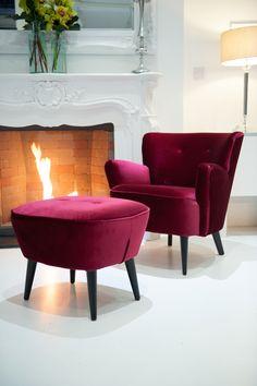red velvet solo set  #solochair #velvetchair #greyvelvet #redvelvet #velvetsofa #loungesofa #loungearea #furniturehire #eventprofs  #pouf #redpouf #redfurniture