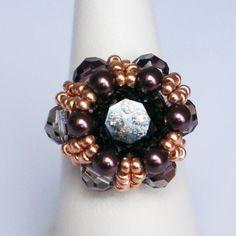 Bague vieux rose, noire et or rose en perles de cristal sur support ajustable : Bague par lesbijouxdunibou