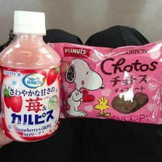 Photo by meita9 めいたく   #3315bu  SNOOPYにつられて買ったチョトスと、師匠に差入れいただいた苺カルピスでおやつタイム♪