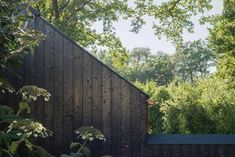 """The Black House"" en Allemagne par le studio Buero Wagner - Journal du Design German Architecture, Interior Architecture, Interior Design, Houses In Germany, Wood Facade, Glazed Walls, Journal Du Design, Wooden Barn, Window Handles"