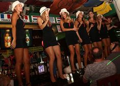 Comienza la noche con una deliciosa cena de dos tiempos con barra libre en Carlos' n Charlie's Cancún; ¡el equipo de meseros te tendrá bien atendido, divertido y bailando todo el tiempo!    Luego de comer y reír en Carlos' n Charlie's, será hora de la fase dos del plan: Coco Bongo Cancún, donde disfrutarás un show de clase mundial a lo largo de la noche, intercalado entre los más candentes éxitos bailables de todos los tiempos.