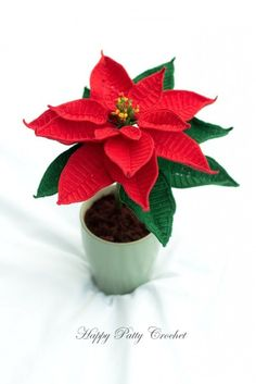 Crochet Poinsettia Flower Pattern by Happy Patty Crochet // Apopular choice as decor and/or gift in Christmas time, and can be either placed in a small pot or in a larger vase. A perfect table or windowsill decoration.