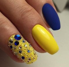 Yellow is sunny, warm and beautiful. Many women would love to experiment with yellow nail art. However there are times when you might just not know how to go about painting your nails yellow without looking too awkward. Yellow Nails Design, Yellow Nail Art, Yellow Glitter, Silver Glitter, Silver Color, Nail Art Design Gallery, Best Nail Art Designs, Nail Design, Design Color