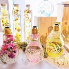 本物の花たちをガラスの中に閉じ込めたフラワリウム(flowerium)「たくさんの人に花のある暮らしを届けたい」そんな想いから生まれたフラワリウムは一つ一つ、花を見極めるところから丁寧に作られています