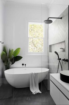 Black and White Bathroom Design . Black and White Bathroom Design . A Contrasting Black and White Bathroom Echoes the Floor Bath Tiles, Bathroom Tile Designs, Bathroom Design Luxury, Shower Tiles, Tub Tile, Frameless Shower, Shower Designs, Minimal Bathroom, Simple Bathroom