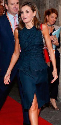 La Reina termina su viaje en México con un look de terciopelo de Felipe  Varela 0a7be0d90fc2