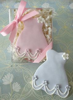 Bridal shower cookies so cute #timelesstreasure.theaspenshops.com/product/amazing-bridal-shower-wedding-cookies.html