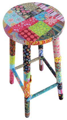 Banqueta alta, o famoso mocho de boteco, todinho em patchwork! Hand Painted Chairs, Whimsical Painted Furniture, Hand Painted Furniture, Paint Furniture, Furniture Makeover, Furniture Design, Painted Tables, Decoupage Furniture, Funky Furniture