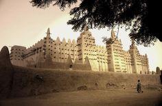 Timbuktu, Mali. Começou a cresceu como ponto de passagem para as caravanas de sal das minas do Saara. Agora, a areia está a engolir a cidade e, por isso, a UNESCO desaconselha as viagens.